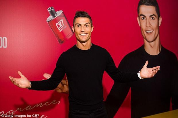 C. Ronaldo ra mắt dòng sản phẩm nước hoa sau khi ĐT Bồ Đào Nha tham dự VL World Cup.