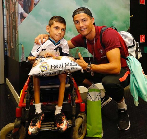 Ronaldo tặng quà cho fan khuyết tật ở Hungary.