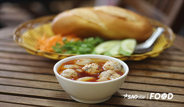 Bánh mì xíu mại được xem là một trong những món nhất định phải ăn khi đến Đà Lạt.