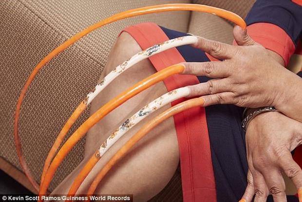 Cô gái dành 23 năm nuôi bộ móng tay dài nhất thế giới