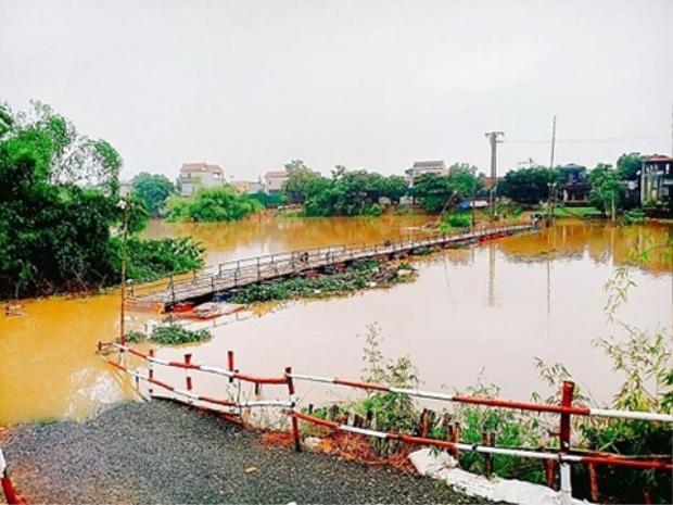 Cây cầu tạm từng ngập sâu trong nước cô lập người dân thôn Phú Lễ.Nguồn ảnh: facebook