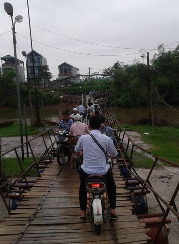 Cây cầu tạm bợ trong khi nhu cầu đi lại của người dân khá cao. Nguồn ảnh: facebook