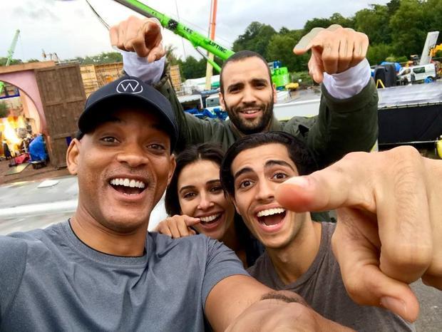 """""""We just started shooting Aladdin and I wanted to intro you guys to our new family… Mena Massoud/Aladdin, Naomi Scott/Princess Jasmine, Marwan Kenzari/Jafar, and I'm over here gettin my Genie on. Here we go!"""" (Tạm dịch: Chúng tôi chỉ mới bắt đầu quay phim cho Aladdin và tôi muốn giới thiệu đến mọi người gia đình mới của chúng tôi … Mena Massoud/Aladdin, Naomi Scott/Princess Jasmine, Marwan Kenzari/Jafar còn tôi ở đây chuẩn bị vào vai Thần Đèn này.)"""