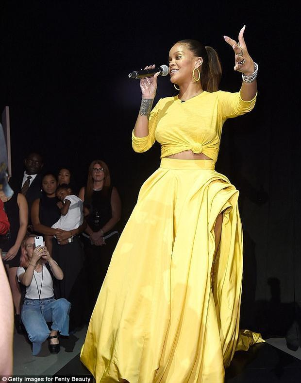 Rihanna xuất hiện trong áo crop topvà váydài màu vàng sáng. Đây là thiết kế thuộc bộsưu tập Fenty của cô ra mắt tạiTuần lễ thời trang New York.
