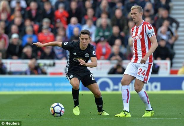 Hòa kịch tính Stoke, MU duy trì ngôi đầu bảng Premier League