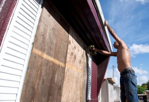 Một người đàn ông ở phía Tây Miami, sửa sang kiên cố ngôi nhà chuẩn bị cho sự xuất hiện của cơn bão Irma.
