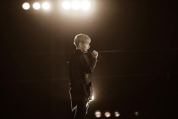 Nam ca sĩ cũng nhận được nhiều sự cổ vũ của khán giả Hà Nội.