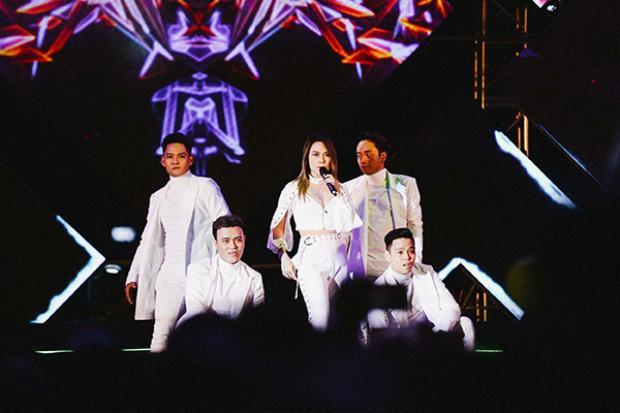 Nữ ca sĩ không quên mang đến màn vũ đạo sôi động.