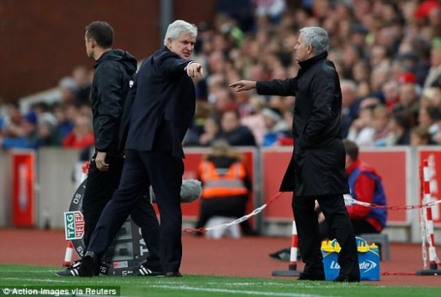 Tình huống dẫn đến việc từ chối bắt tay của Mourinho với Mark Hughes.