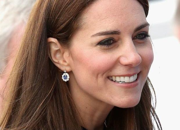 Kate Middleton đeo đôi khuyên tai ngọc xanh lộng lẫy.