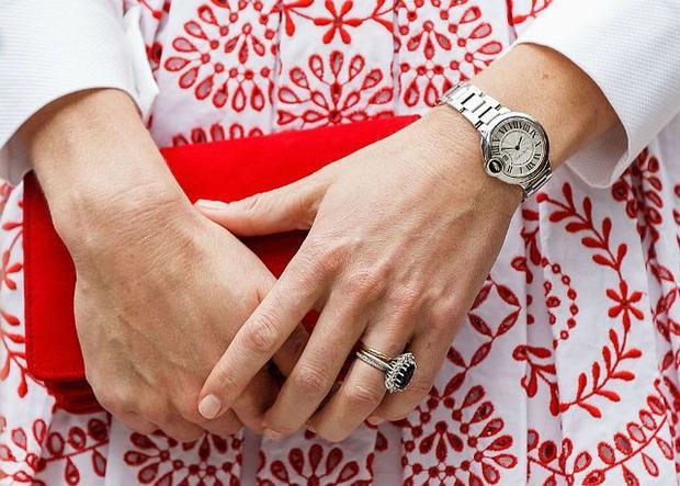 """Kate Middleton mang chiếc đồng hồ Ballon Bleu de Cartier và nhẫn """"ban nhạc vĩnh cửu"""" kim cương."""