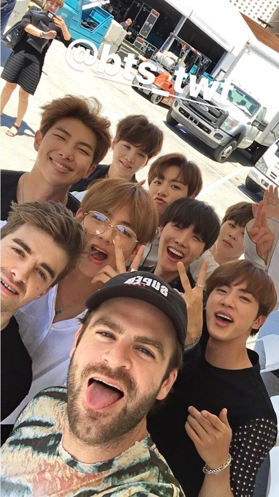 Hình ảnh BTS cùng The Chainsmokers tại Billboard Music Awards 2017.