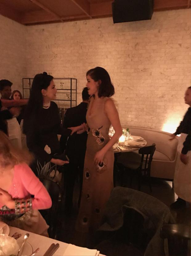 Giọng ca Same old love trò chuyện khá thoải mái, vui vẻ cùng bà Thuỷ Tiên tại buổi tiệc.