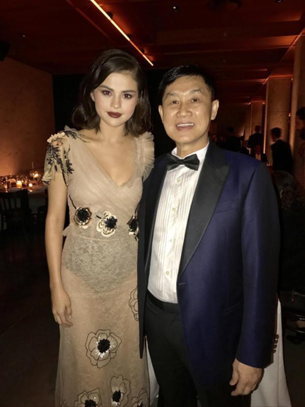 Bố chồng Tăng Thanh Hà cũng giao lưu, chụp ảnh cùng nữ thần tượng hot nhất nhì làng nhạc Âu - Mỹ hiện nay.