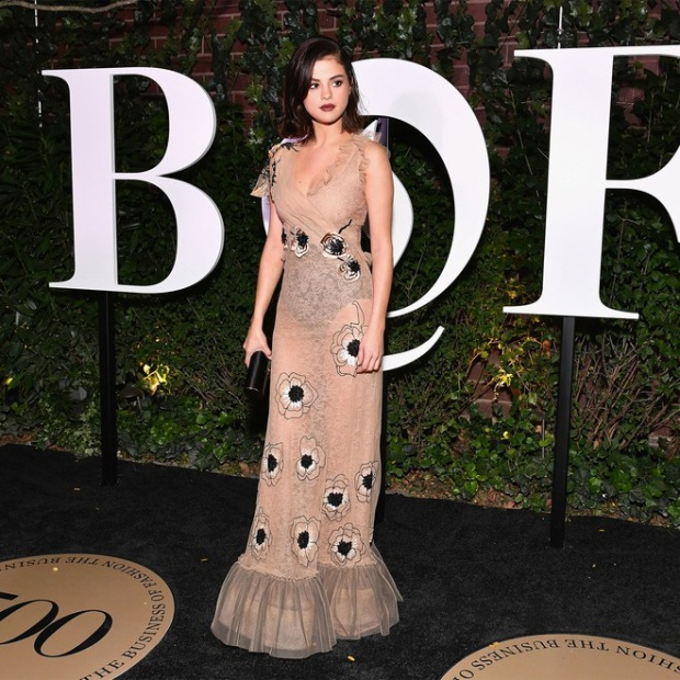 …và cả Selena Gomez. Người đẹp quyến rũ và toả sáng trong thiết kế váy ren dài xuyên thấu của thương hiệu Rodarte.