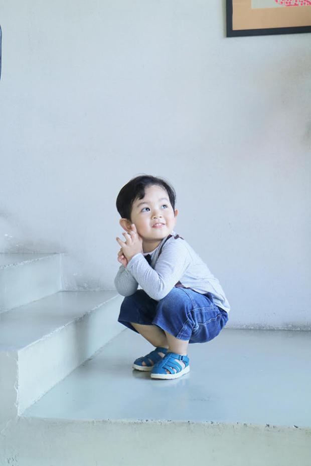 """Kubi được mọi người nhận xét như """"bản sao"""" của bố và mỗi khi đi đâu đó cậu bé liên tục quấn quýt bố không rời."""