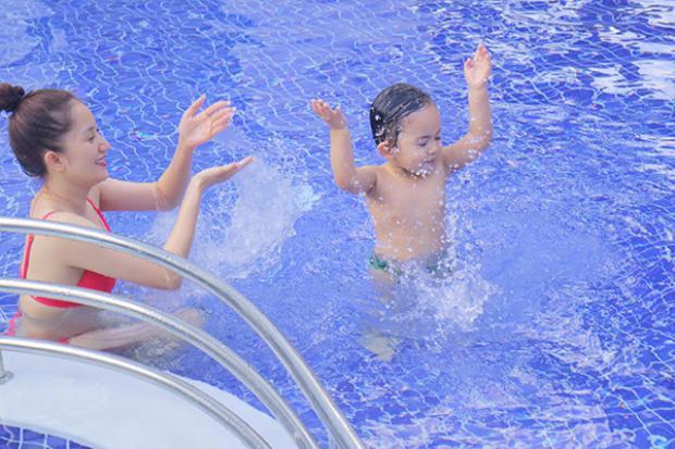 Khánh Thi vui đùa cùng con trai ở bể bơi.