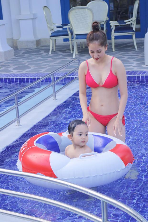 Diện bikini hai mảnh, Khánh Thi tự tin khoe đường cong quyến rũ.