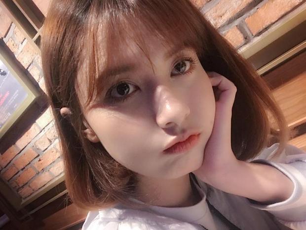 Trong những shoot hình thông thường, dễ thấy cô sở hữu nét mặt rất Tây với dángmũi cao cùng làn da trắng ngần.