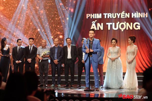Đạo diễn Nguyễn Khải Anh (áo xanh) phát biểu trao VTV Awards 2017.