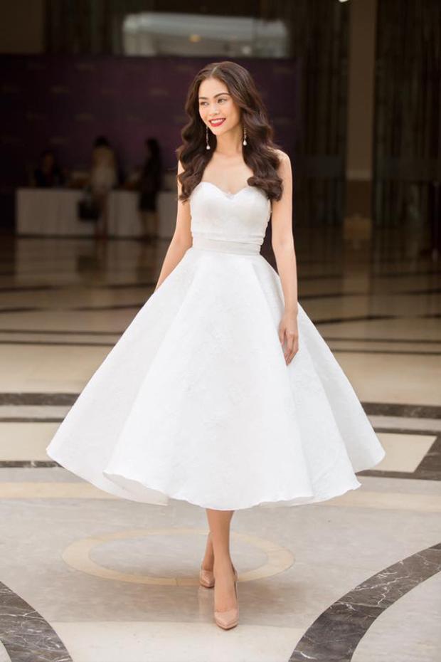 Đến tham dự ngày sơ khảo thứ 2, Mâu Thủy nổi bật trong bộ váy trắng bồng bềnh.