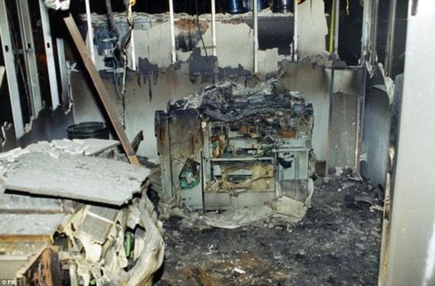 Hầu như không có gì có thể tồn tại với sức nóng mãnh liệt từ đám cháy do chiếc máy bay lao vào.