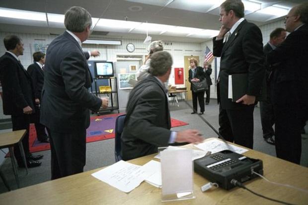 Tổng thống Bush cùng các nhân viên sững sờ chứng kiến cảnh tượng Hai toà tháp đôi sụp đổ.