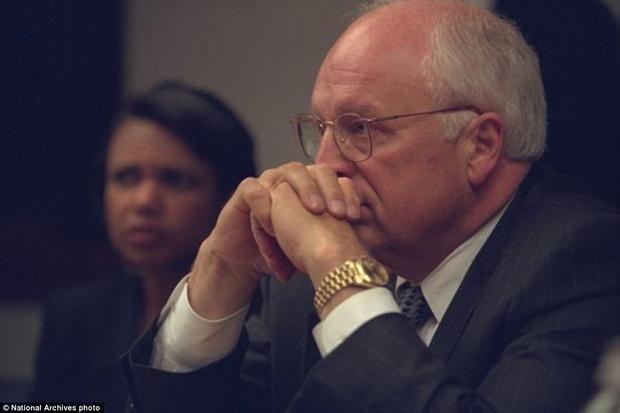 Cựu phó Tổng thống Dick Cheney cùng cựu Cố vấn an ninh quốc gia Condoleezza Rice bên trong phòng họp khẩn cấp của Tổng thống.