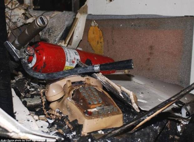 Chiếc điện thoại bàn bị cháy đến biến dạng ở tầng 5 Lầu Năm Góc.