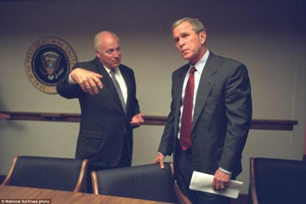 Hình ảnh cựu Tổng thống George W.Bush và phó tướng Dick Cheney bàn phương pháp đối phó với tấn thảm kịch 11/9.