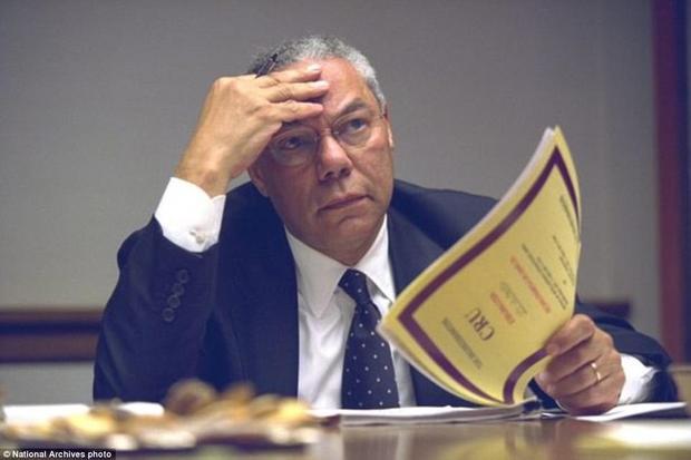 Cựu thư ký Tổng thống Colin Powell cực kì căng thẳng suốt buổi họp.