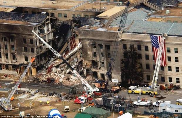 Ảnh chụp từ trên cao cho thấy một khu vực của Lầu Năm Góc đã hoàn toàn đổ nát sau khi bị tấn công.