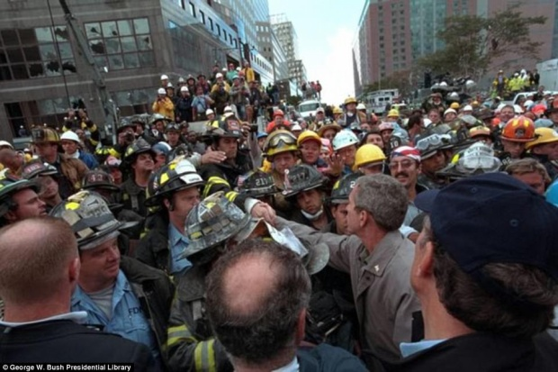 Tổng thống Bush đến và động viên các lính cứu hoả đang tích cực ngày đêm giải cứu nạn nhân ở trung tâm thương mại thế giới.