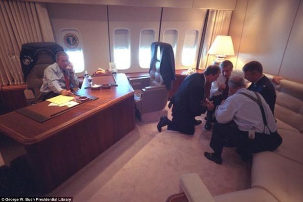 Trên chuyên cơ Tổng thống, những buổi họp vẫn tiếp tục được diễn ra.