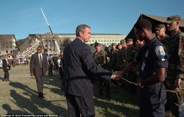Tổng thống đã bắt tay từng người lính cứu hoả, từng quân nhân bên ngoài khuôn viên Lầu Năm Góc.