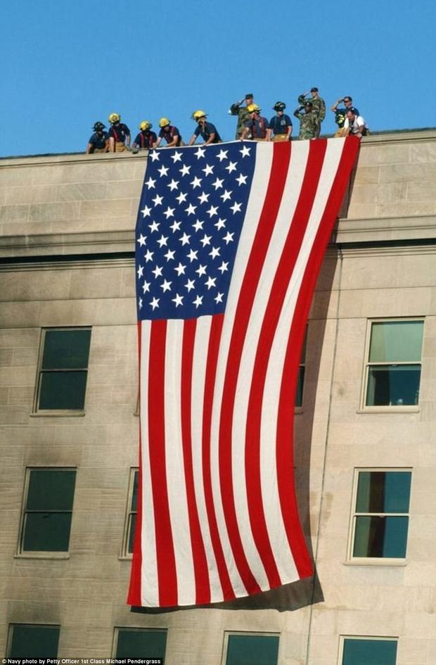 Chiếc cờ rủ khổng lồ được phủ lên Lầu Năm Góc để ghi nhớ ngày lịch sử ấy.