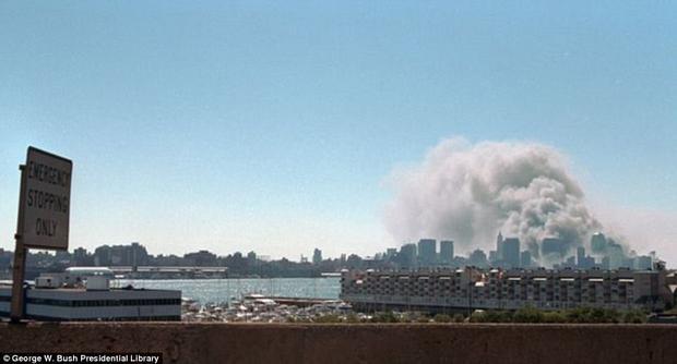 Cột khói bốc từ trên cao phía xa kia chỉ vài phút trước còn là biểu tượng kinh tế hùng mạnh của nước Mỹ.