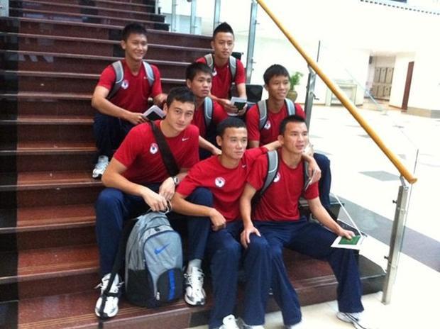 Văn Lâm (cầm ba lô) thời còn trong màu áo tuyển U19 Việt Nam.