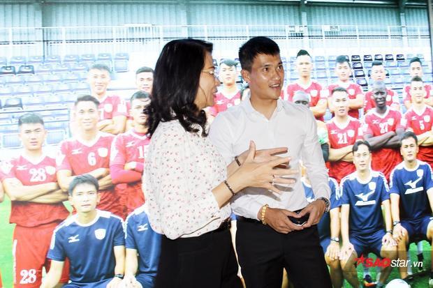Bà Nguyễn Thị Thu và Công Vinh trò truyện sôi nổi trongphòng truyền thống bóng đá TP.HCM.