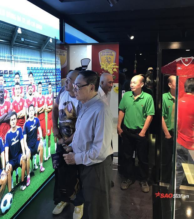 Công Vinh hào hứng đưa các cựu danh thăm phòng truyền thống bóng đá TP.HCM