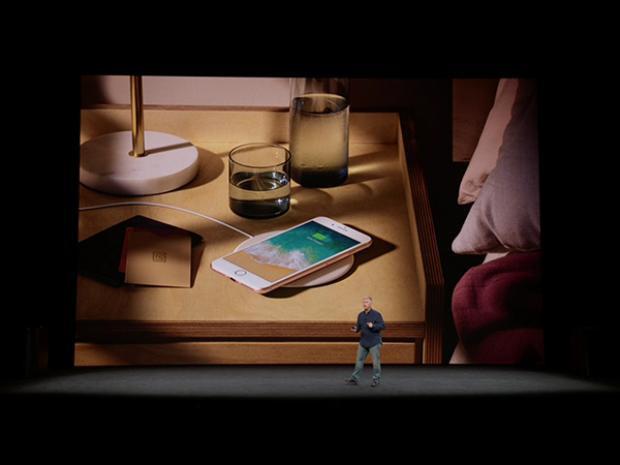Được tích hợp khả năng sạc không dây là một trong những điểm cộng đáng giá trên bộ đôi mới của Apple