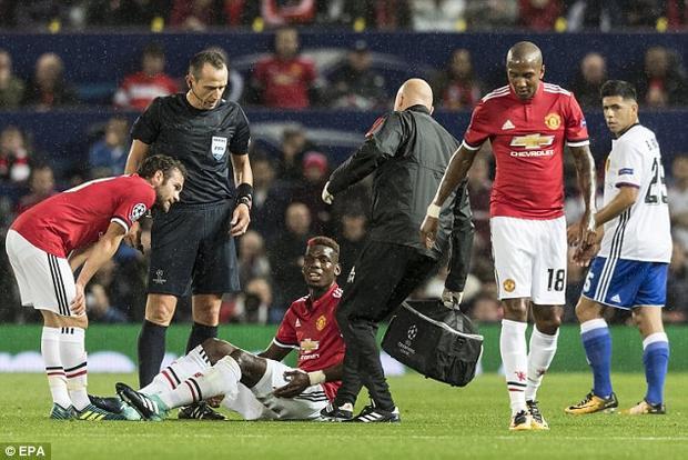 Trong một pha va chạm với đối thủ, Pogba gục xuống với gương mặt đau đớn. Tiền vệ người Pháp phải rời sân sau khi tham khảo ý kiến bác sĩ.