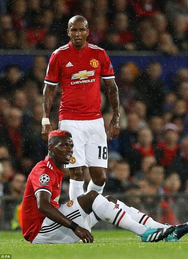 Pogba được Mourinho tín nhiệm giao chiếc băng đội trưởng trong lần Man Utd trở lại sân chơi Champions League. Tuy nhiên, dường như nó lại đem đến vận xui cho cầu thủ người Pháp với một chấn thương ở ngay đầu trận.