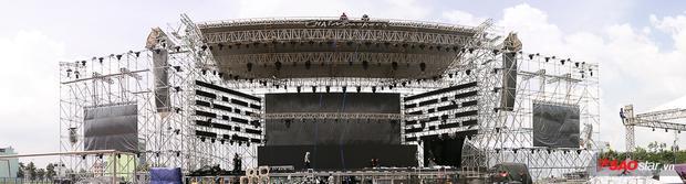 Zoom cận cảnh sân khấu nóng hừng hực tour thế giới The Chainsmokers tại TP HCM