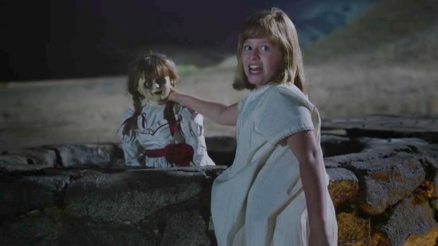 Khoảnh khắc ấn tượng khi Linda quyết định… ném búp bê Annabelle xuống giếng.