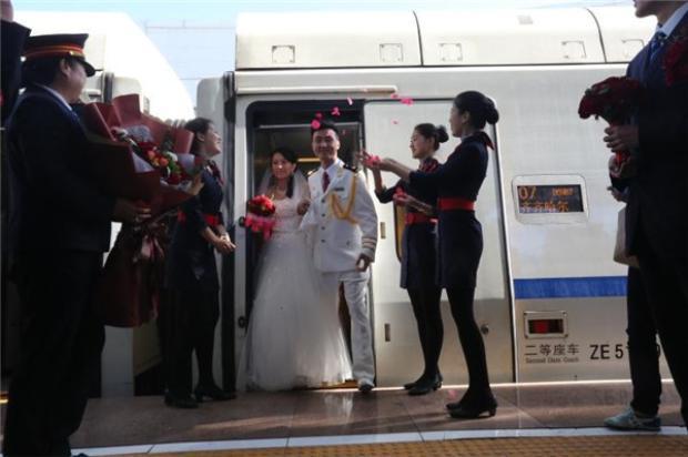 Tân lang, tân nương nhận được lời chúc mừng từ các nhân viên xe lửa.