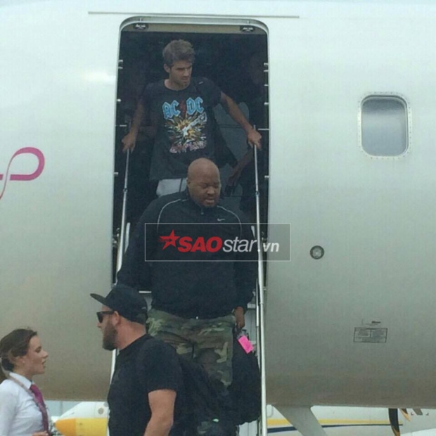 Các vệ sĩ thường xuyên kề vai sát cánh cùng The Chainsmokers trong từng tour diễn.Andrew Taggart xuất hiện và bước xuống máy bay sau đó.