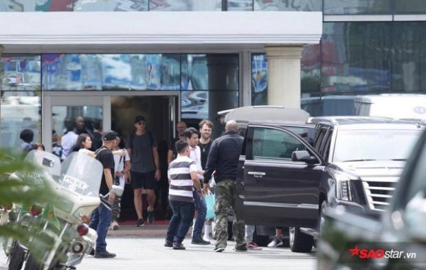 2 anh chàng di chuyển ra bằng cổng VIP sân bay Tân Sơn Nhất.