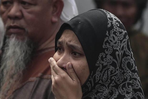 Một người thân của học sinh vị thành niên đã khóc sau vụ cháy xảy ra.