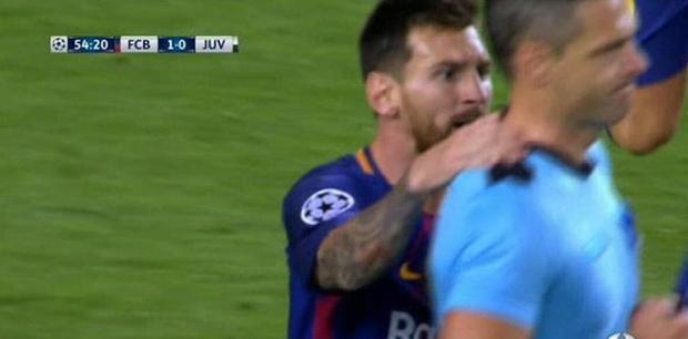 Messi gây sốc với hành động 'vít cổ' trọng tài.